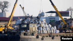 지난 2012년 10월 북한 신의주에서 중국 선박이 북한으로 수출하는 상품을 하역하고 있다. (자료사진)