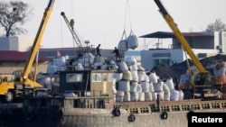 지난해 10월 북한 신의주에서 화물을 하역하는 중국 선박. (자료사진)