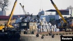 지난 2012년 북한 신의주에서 화물을 하역하는 중국 선박. (자료사진)