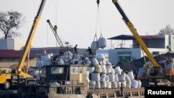 북한 신의주에서 중국 선박이 화물을 하역하고 있다. (자료사진)