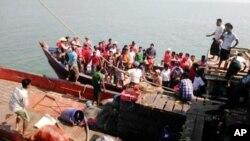 지난 2015년 미얀마 북서부 지역에서 침몰한 여객선의 생존자들 모습(자료사진)
