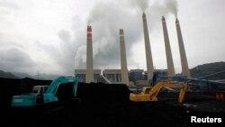 Ekskavator menimbun batu bara di tempat penyimpanan di sebuah pembangkit di Suralaya, Banten, 20 Januari 2010. (Foto: Ilustrasi/Reuters)