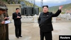 朝鲜中央通讯社发布的照片显示朝鲜领导人金正恩到一家电站的建设工地视察指导(2015年9月14日)