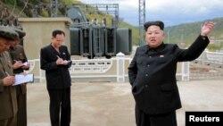 Lãnh tụ Bắc Triều Tiên Kim Jong Un ra chỉ thị trong chuyến thị sát nhà máy điện Paektusan Hero Youth ở Bình Nhưỡng.