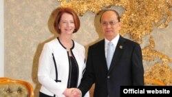 ၾသစေၾတးလ်၀န္ႀကီးခ်ဳပ္ Julia Gillard နဲ႔ ျမန္မာသမၼတ ဦးသိန္းစိန္တို႔ တနလၤာေန႔က လာအိုႏုိင္ငံ၊ ဗီယန္က်န္းၿမိဳ႕ မွာ ေတြ႔ဆံုခဲ့ပါတယ္။ ( သတင္းဓာတ္ပံု၊ သမၼတ႐ံုးဝဘ္ဆိုက္ဒ္)