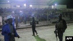 Les forces de sécurité somaliennes patrouillent lors du match de football entre les districts de Hodan et de Waberi au stade Konis à Mogadiscio en Somalie le 8 septembre 2017.