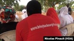 """Un militant portant un tee-shirt du mouvement """"Bring Back Our Girls"""", à Unity Fountain, à Abuja, 7 mars 2016. (VOA/Nicolas Pinault)"""