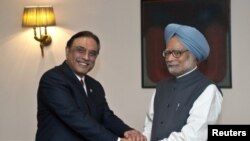 ນາຍົກລັດຖະມົນຕີ ມັນໂມຫັນ ສິງ ແຫ່ງອິນເດຍ(ຂວາ) ຈັບມືກັບປະທານາທີ ບໍດີ Asif Ali Zardari ແຫ່ງປາກິສຖານທີ່ກຸງນີວເດລີໃ ວັນທີ 8 ເມສາ 2012.