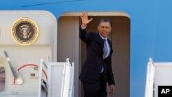 """Presiden Barack Obama melambaikan tangannya sebelum memasuki pesawat kepresidenan """"Air Force One"""" di Pangkalan Angkatan Udara Andrews, Maryland (Foto: dok). Presiden Obama bertolak ke Israel, Tepi Barat dan Yordania dalam lawatan ke Timur Tengah hari ini (19/3)."""