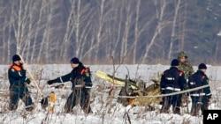 在俄罗斯萨拉托夫航空公司的安-148客机坠毁地点进行调查的人员
