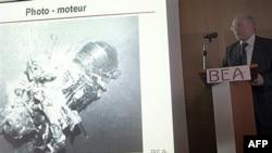 Direktor agencije BEA, koja istražuje avionsku nesreću Er Fransa, Žan Pol Troadek pokazuje najnoviji snimak pronađenog motora aviona koji se srušio na letu 447 od Rio de Ženeira do Pariza, 4. april 2011.