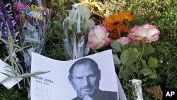 10月7日在乔布斯位于加州的住宅外,人们放上鲜花和他的画像悼念他
