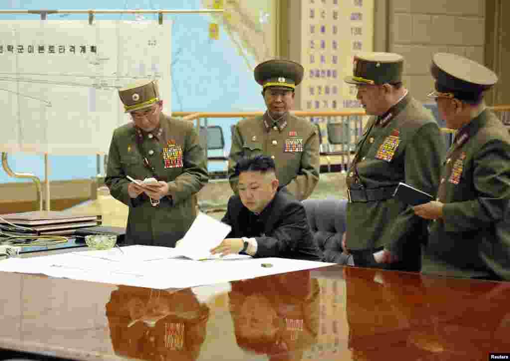 29일 북한 김정은 국방위원회 제1위원장이 전략미사일 부대의 화력타격 임무에 관한 작전회의를 긴급 소집하고 사격 대기상태에 들어갈 것을 지시했다고 조선중앙TV가 보도했다.