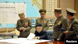 지난달 29일 전략미사일 부대의 화력타격 임무에 관한 작전회의를 긴급 소집하고 사격 대기상태에 들어갈 것을 지시하는 북한 김정은 국방위원회 제1위원장. 조선중앙TV 보도. (자료사진)