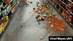 Yucca Yalley, California'da don depremin ardından rafları alaşağı olan bir süpermarket