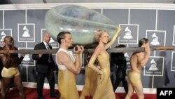 Спрятанную в гигантском яйце Леди Гага пронесли по красному ковру перед входом в центр Staples в Лос-Анджелесе, где пройдет 53-я церемония вручения премий «Грэмми». США. 13 февраля 2011 года