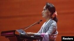 미얀마의 민주화 지도자 아웅산 수치 여사가 12일 네피도에서 열린 평화회의 개막식에서 연설하고 있다.