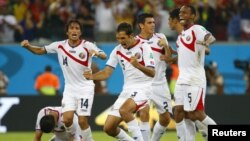 Para pemain tim Costa Rica merayakan kemenangan melawan Yunani (29/6). (Reuters/Brian Snyder)