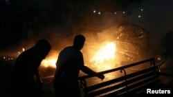قاہرہ میں کار دھماکے کے بعد گاڑیوں میں آگ لگی ہوئی ہے۔