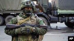 Arhiva - Pripadnik proruskih paravojnih formacija tokom priprema za razmenu zarobljenika u Donjetsku, istočna Ukrajina, 29. oktobra 2015.