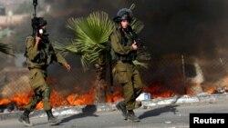 지난달 9일 예루살렘 인근 요르단 서안지구의 알-람 마을에서 팔레스타인 주민들의 시위 현장에 이스라엘 군인들이 출동했다.