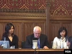 林耶凡、彭定康和桂明海女兒Angela (从左自右)共同出席《最黑暗時刻》中国人权报告发布会(2016年6月28日,美国之音江静玲拍攝)