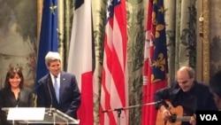 2015年1月16日,美国国务卿约翰•克里和巴黎市长安•伊达戈尔在巴黎市政厅听美国歌手詹姆斯•泰勒演唱歌曲。(美国之音多金斯拍摄)
