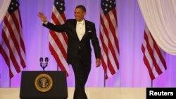 美國總統奧巴馬在就職後的慶祝晚會與賓客揮手。