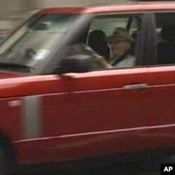 梅鐸於7月10日到辦公室時被拍攝到在車上閱讀最後一期《世界新聞報》