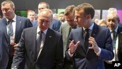 블라디미르 푸틴 러시아 대통령과 에마뉘엘 마크롱 프랑스 대통령이 지난해 11월 부에노스아이레스에서 열린 G-20 정상회의에서 대화하고 있다.