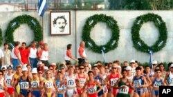 Un memorial de la Maratón lleva el retrato de Spiridon Louis en esta carrera de 1997.
