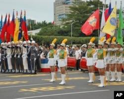 台湾双十庆典中的三军仪仗队和女子高中仪仗队