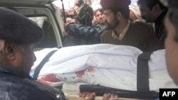 Telo ubijenog pakistanskog ministra iznose iz bolnice, 2. mart, 2011.