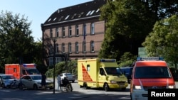 Radnik SZO oboleo od ebole stiže u bolnicu u Hamburgu, Nemačka, 27. avgust, 2014.