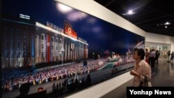 지난 21일 서울시립미술관에서 열린 광복 70주년 기념 특별전 '북한 프로젝트'를 찾은 관람객들이 중국 왕궈펑의 사진을 관람하고 있다.