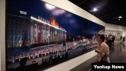 21일 서울시립미술관에서 열린 광복 70주년 기념 특별전 '북한 프로젝트'를 찾은 관람객들이 중국 왕궈펑의 사진을 관람하고 있다.