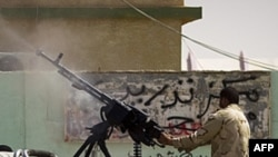 Libijski pobunjenik u borbi sa Gadafijevim snagama