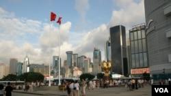 香港商业区飘扬着中国国旗(美国之音方远拍摄)