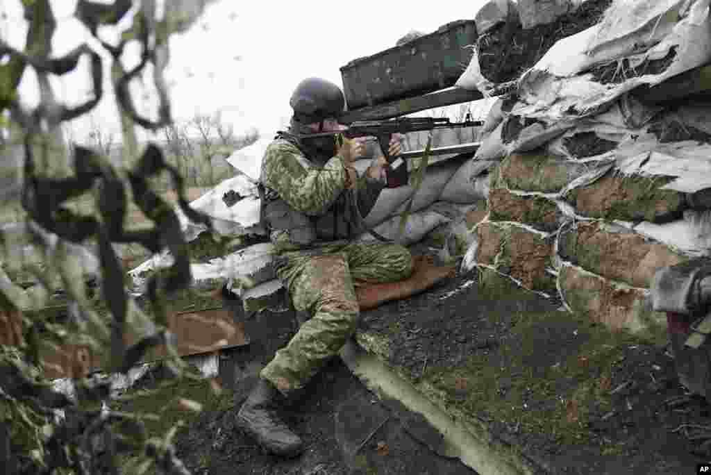 یک سرباز اوکراینی در حال نگهبانی در خط اول جبهه، مقابل جداییطلبان تحت حمایت روسیه در شاروکین، اوکراین