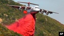 Un avión antincendios BAe-146 lanza químicos sobre las llamas de un incendio en Santa Barbara, California.