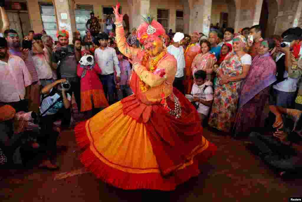 ہولی کے تہوار میں رنگوں کے علاوہ لٹھ مار ہولی کا کھیل بھی کھیلا جاتا ہے۔ اس دوران مرد اور خواتین رقص بھی کرتے ہیں۔