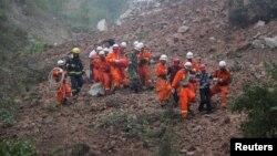 12일 중국 산시성 광산에서 산사태가 발생한 가운데 구조대가 사람들을 대피시키고 있다.