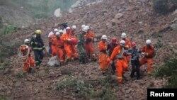 Nhân viên cứu hộ tại hiện trường vụ lở đất tại một nhà máy khai thác mỏ ở quận Shanyang, tỉnh Thiểm Tây, ngày 12/8/2015.