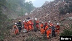 Des secouritstes recherchent des disparus emportés dans un éboulement sur le site d'une compagnie minière à Shangluo, dans la province du Shaanxi, Chine, 12 aout 2015