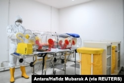 Seorang petugas medis memeriksa peralatan medis di Wisma Atlet Kemayoran untuk mencegah penyebaran wabah virus corona di Jakarta, 23 Maret 2020. (Foto: Antara/Hafidz Mubarak A via Reuters)