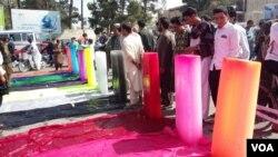 معترضین یخ ها را به قوم های ساکن در افغانستان تشبیه کرده اند.