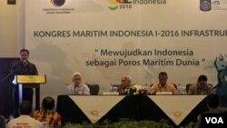 Arif Rahman (berdiri) Sekretaris Deputi bidang Infrastruktur Kemenko Maritim, saat menutup Kongres Maritim Indonesia I di Surabaya (foto: VOA/Petrus Riski).