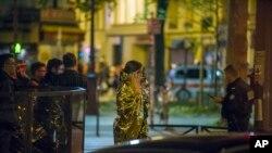 Nạn nhân bỏ đi khỏi phòng hòa nhạc Bataclan sau vụ nổ súng, 14/11/2015.
