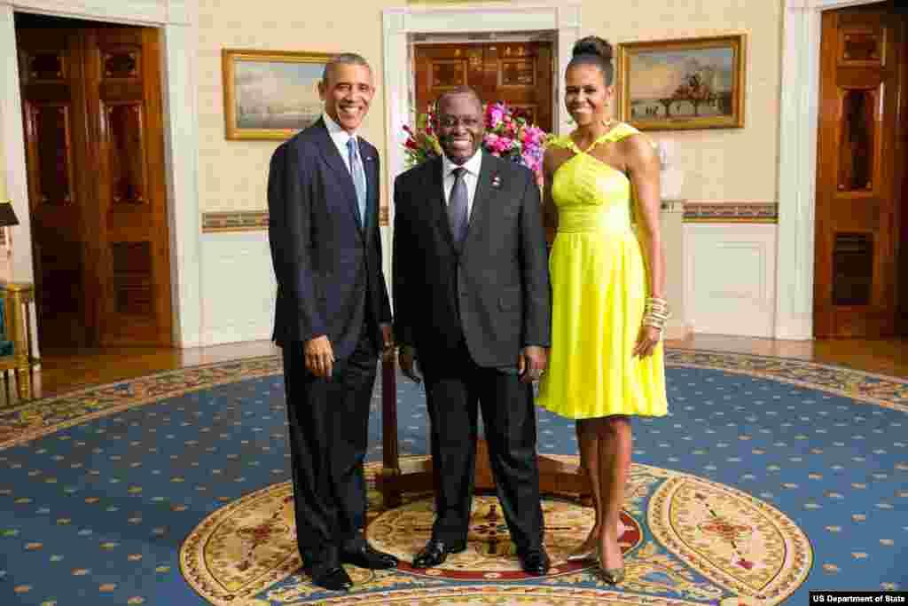 Presidente Barack Obama e a Primeira-dama Michelle Obama com Manuel Domingos Vicente, Vice-Presidente da República de Angola, na Sala Azul por ocasião do jantar da Cimeira Estados Unidos/Líderes Africanos na Casa Branca, Ago. 5, 2014.
