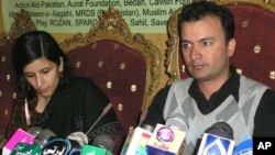 سپارک کے عہدیدار امتیاز احمد پریس کانفرنس کررہے ہیں
